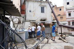 水道管の修理には時間を要するため、爆発の被害を受けた病院や学校に貯水タンクを設置するユニセフとパートナー団体のスタッフ。