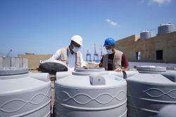 カランティーナ公立病院に貯水タンクを設置する様子。