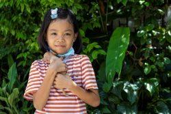 将来は先生になりたいと話す10歳のチョンプーさん。母親は入院中で医療費を賄うために、祖母が毎朝6時から路上で食べ物を売って生活を支えている。(タイ、2020年8月10日撮影)