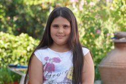 レスボス島に住む8歳のディミトラさん。健康のため、良質な食事と運動を意識して生活している。 (ギリシャ、2020年7月29日撮影)