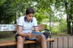 15歳のピーターさん。十分な学習支援を得られず勉強を諦めかけたが、将来、建築学を学ぶために頑張っている。 (オーストリア、2020年8月21日撮影)