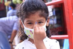 カトマンズの保健センターではしかと風疹の予防接種を受け、小指に印をつけてもらった女の子。(ネパール、2020年7月撮影)