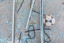 爆風で割れたガラスが散乱する学校。(2020年8月17日撮影)