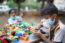 ユニセフの子どもにやさしい空間で、心理社会的支援の一環である活動に取り組む子どもたち。(2020年9月1日撮影)