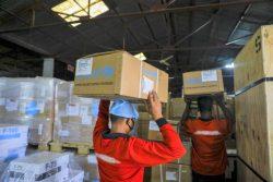 バングラデシュに届いた個人用防護具(PPE)やその他の医療機器を含む支援物資。