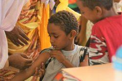 ポリオの予防接種を受ける子ども。(スーダン)