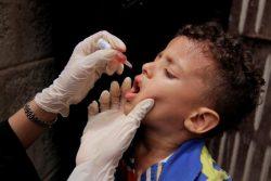 予防接種キャンペーンで、経口ポリオワクチンの接種を受ける子ども。(イエメン)