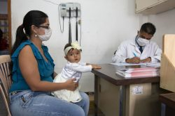 タチラ州の保健センターで栄養検査を受ける生後9カ月のジレスちゃんと母親。(ベネズエラ、2020年7月撮影)