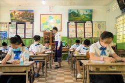 プノンペンにある小学校で、マスクを着用し、ソーシャルディスタンスを保ちながら授業を受ける子どもたち。(カンボジア、2020年9月7日撮影)