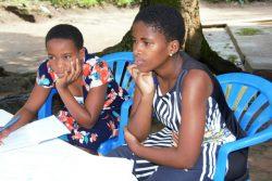 学校が休校のため、自宅で勉強をする姉妹。(ウガンダ、2020年8月6日撮影)