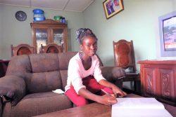 マプトにある自宅で、休校期間中、テレビ番組を通じて勉強する12年生のヘリカさん。(モザンビーク、2020年9月18日撮影)