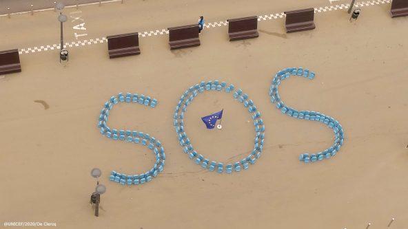 ユニセフの学用カバンでつくられたSOSの文字(EUビルの前で、2020年9月撮影)