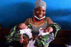 保健センターで生後1週間の双子の赤ちゃんを抱くアリスさん。(コートジボワール、2020年5月撮影)