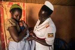 早産で出生体重がわずか1.5kgだったが、ユニセフの支援で訓練を受けた医療従事者のサポートによって生き延びることができた赤ちゃんと母親。(ウガンダ、2019年12月撮影)