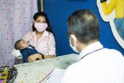 タチラ州のユニセフが支援する保健施設で健診を受ける赤ちゃんと母親。(ベネズエラ、2020年6月撮影)