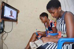 COVID-19による休校のため、自宅で勉強する姉妹。姉妹はコンゴ民主共和国から逃れてきた難民で医者になる夢を持っている。(ウガンダ、2020年8月6日撮影)