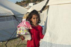 レスボス島に新しく設置された仮設施設で、人形で遊ぶ6歳のマリバさん。(2020年9月18日撮影)