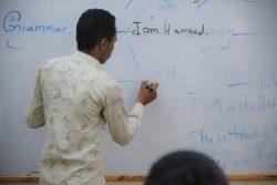 英語の授業をする教師。