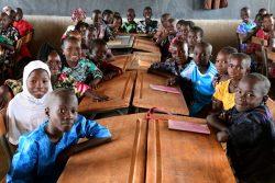 学校で授業を受ける子どもたち。(ブルキナファソ、2020年10月1日撮影)