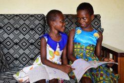 マンにある自宅で勉強するグレイスちゃん(4歳)とアンジュさん(8歳)の姉妹。(コートジボワール、2020年4月撮影)