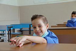 学校再開初日、教室で嬉しそうな顔を見せる6歳のファヘドくん。(ヨルダン、2020年9月1日撮影)