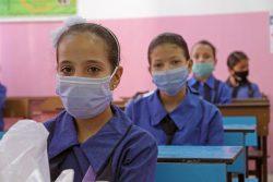 アンマンの学校でマスクをつけて授業を受ける女の子たち。(ヨルダン、2020年8月31日撮影)