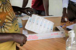 ユニセフが支援するジュバのプライマリ・ヘルスケア・センターで、予防接種に使用する注射器を準備する看護師。(南スーダン、2020年10月8日撮影)
