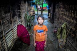 国内避難民キャンプの仮設住居の間に立つ女の子。(2020年7月撮影)