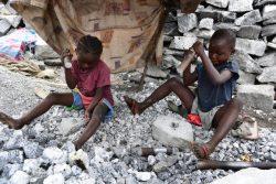 首都ワガドゥグ郊外の鉱山で働く子どもたち。(ブルキナファソ、2020年9月28日撮影)