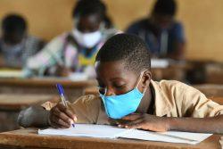 サン・ペドロの小学校で授業を受ける男の子。(コートジボワール、2020年5月撮影)