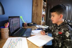 自宅で数学のオンライン授業を受ける12歳のホアキンくん。(ボリビア、2020年7月撮影)