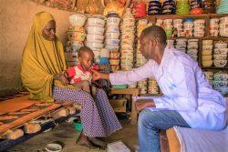 ヨラ近くの村にある自宅で保健員に健診してもらう1歳のカリムちゃん。(ナイジェリア、2020年1月撮影)