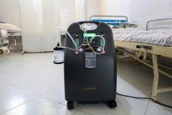 ヘラートの保健所にある酸素濃縮器。チューブやマスクを使い、鼻から酸素を送りこんでいる。(アフガニスタン、2020年9月撮影)