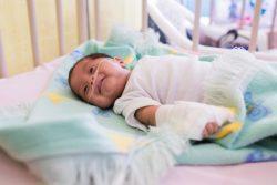国立病院で肺炎の治療を受ける生後6カ月のランディちゃん。(グアテマラ、2019年10月撮影)