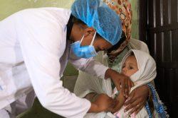 アディス・アベバで実施したはしかの予防接種キャンペーンで、予防接種を受ける2歳のベムネットちゃん。(エチオピア、2020年7月撮影)