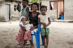 はしかの予防接種を受けた10歳のライッサさん(左)と7歳のメレくん(右)と生後1カ月のジェウちゃん(真ん中)。母親のブワンガさんははしかが原因で2人の子どもを亡くしている。(コンゴ民主共和国、2020年1月撮影)