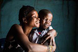 エボラ出血熱の生存者であるデイビットくんと母親。(2020年11月10日撮影)