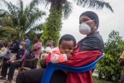 エボラ出血熱の啓発のために開かれた集会に参加する親子。(2020年11月9日撮影)