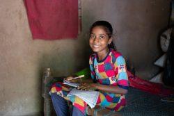 学習の遅れを取り戻そうとグジャラート州の自宅で勉強する12歳のヘタルさん。(インド、2020年6月撮影)