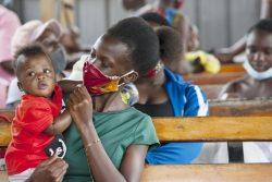GAVIアライアンスの支援で行われる予防接種の順番を待つ親子。(ウガンダ、2020年10月20日撮影)