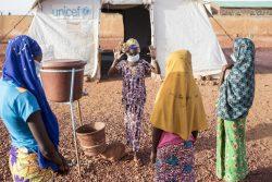 国内避難民キャンプで正しい手の洗い方を教える女の子。住んでいた村が武装勢力に襲われて逃れてきた。(マリ、2020年5月撮影)