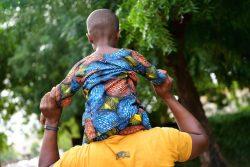 ワガドゥグにある病院の庭で、父親と遊ぶ5歳の男の子。2歳のときにHIV陽性と診断され、定期的に通院し治療を続けている。(ブルキナファソ、2020年10月撮影)