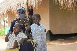 ユンベ県の村でHIVと共に生きる親子。保健師が自宅まで届けてくれる抗レトロウイルス薬(ARV)のおかげで、COVID-19禍でも治療を続けられている。(ウガンダ、2020年8月撮影)