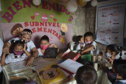 オンライン学習に参加できない子どもたちのために開かれた学習キャンプの様子。(エクアドル、2020年8月撮影)