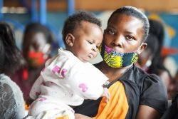 GAVIアライアンスの資金援助で行われる予防接種の順番を待つ親子。 (ウガンダ、2020年10月撮影)