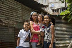 ユニセフと世界銀行の支援でグアテマラ政府が行う現金給付支援を受ける家族。 (グアテマラ、2020年9月撮影)