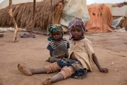 イトゥリ州にある国内避難民キャンプで生活する男の子たち。(コンゴ民主共和国、2020年2月撮影)