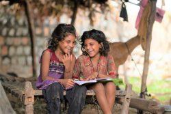 COVID-19のロックダウンの間、自宅で勉強する7歳のカンチャンさんとカシさん。(インド、2020年6月撮影)
