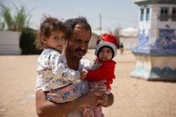 マアリブの国内避難民キャンプで、栄養不良に苦しむ2人の娘のための微量栄養素サプリメントを受け取った父親。 (2020年3月撮影)
