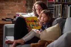 ニューヨークの自宅で母親と本を読む4歳のマーゴットちゃん。(米国、2020年5月撮影)